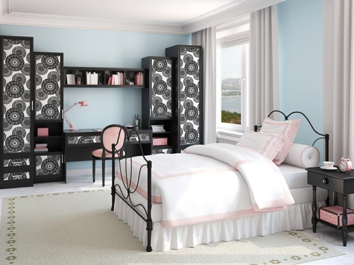 farbgestaltung schlafzimmer wandfarbe himmelblau metallbett schwarz