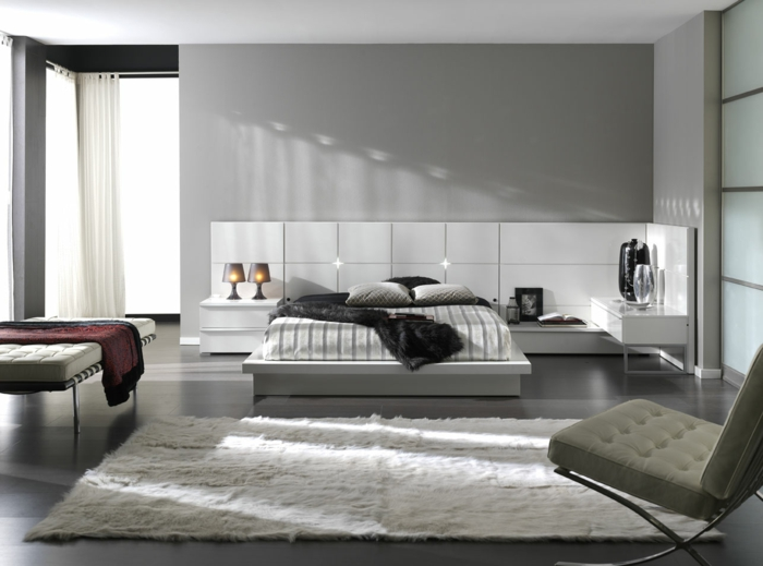 farbgestaltung schlafzimmer wandfarbe hellgrau weiß wanddekoration fellteppich designer möbel