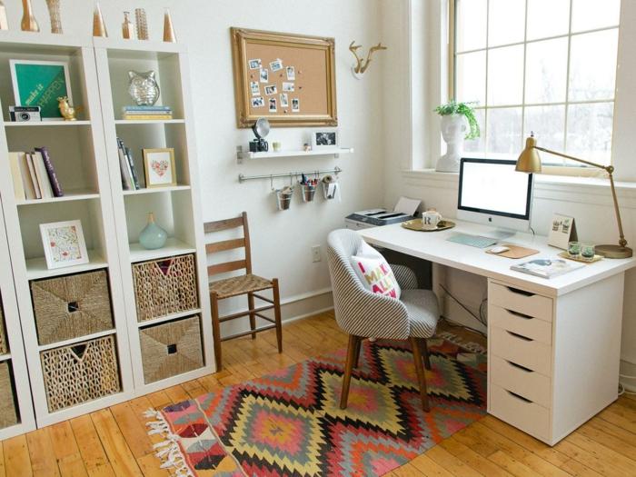 haushaltsplan putzen haus aufräumen arbeitsplatz home office schreibtisch regale tischlampe vintage messing