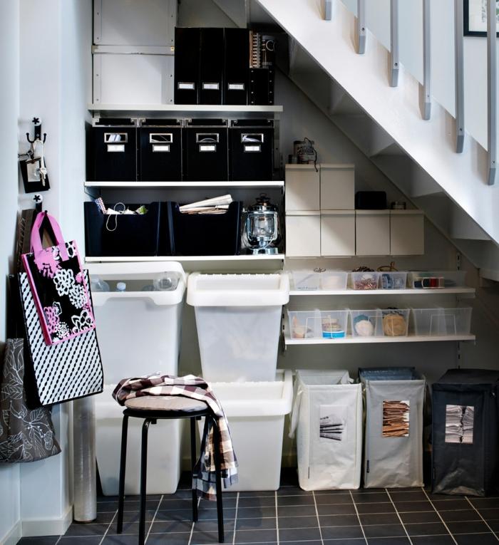 haushaltsplan putzen haus aufräumen treppe papierkisten aufbewahrungsboxen plastikeimer säcke