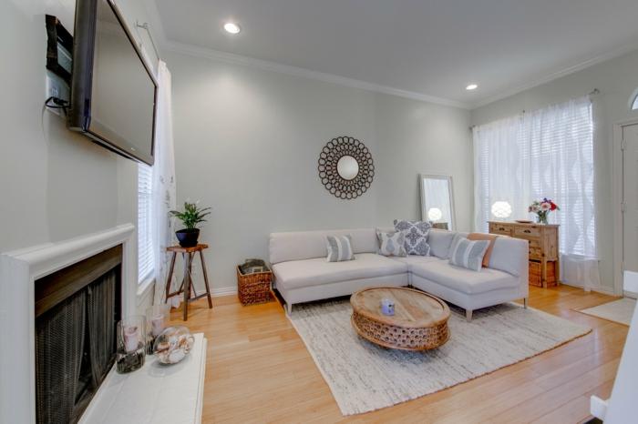 haushaltsplan putzen haus aufräumen wohnzimmer holzschnitzereien ovaler couchtisch runder wandspiegel
