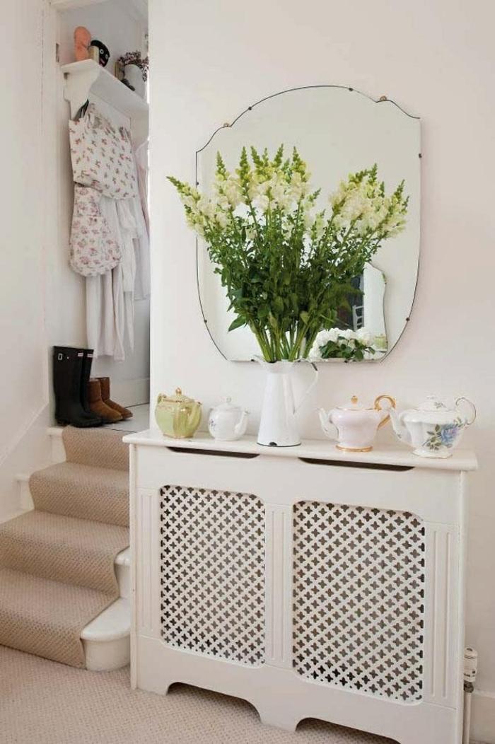 heizkörperverkleidung flur gestaltung weiße gitter porzellankannen vase vintage weiß