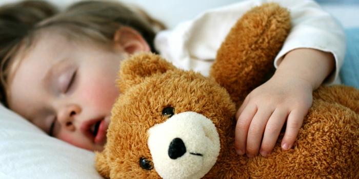 kinderzimmer einrichten babybett junge schläft