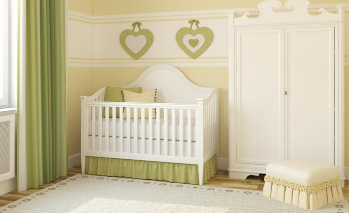 kinderzimmer einrichten babybett weiß grüne wandfarbe vorhänge kleiderschrank