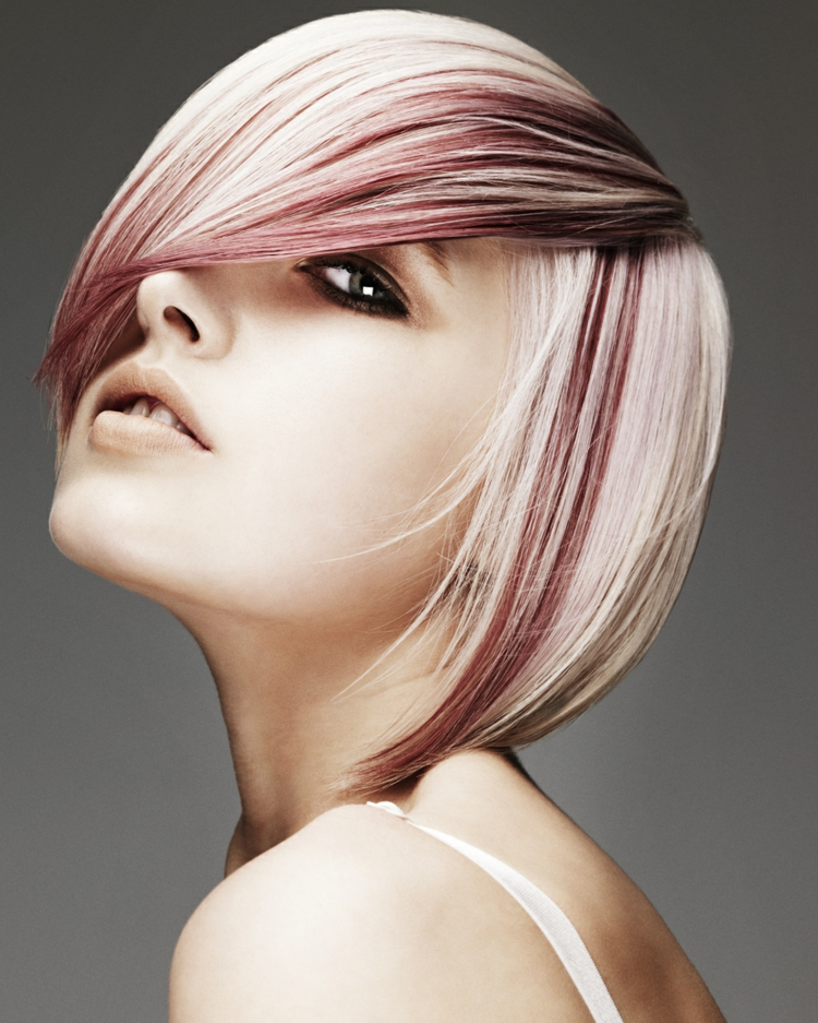kurze Damenfrisuren blonde Haare rote Strähnchen