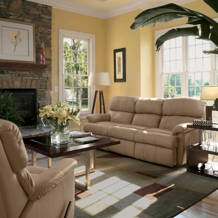 landhausstil wohnzimmer creme landhaussofas eleganter teppich steinwand kamin