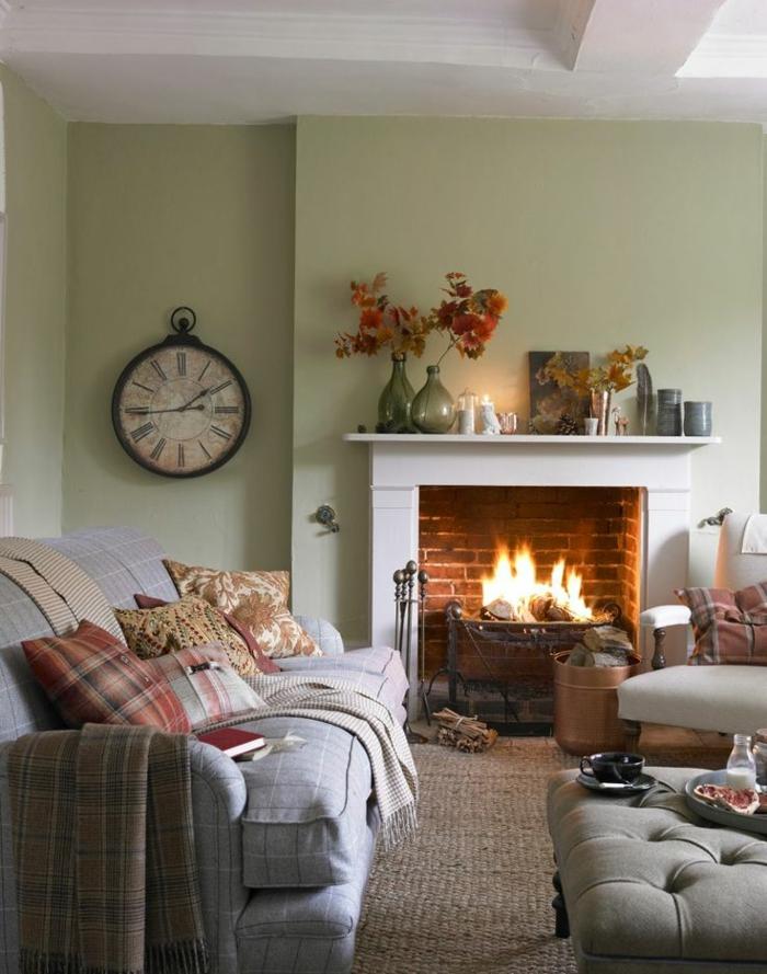 landhausstil wohnzimmer kamin gemütlich wanduhr dekokissen