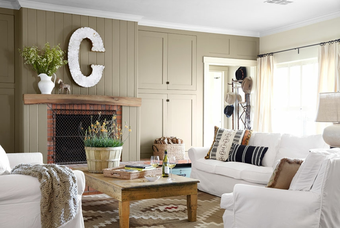 landhausstil wohnzimmer kamin luftige gardinen rustikaler couchtisch - Wohnideen Landhausstil Wohnzimmer