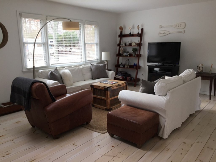 landhausstil wohnzimmer ledersessel weiße landhaussofas