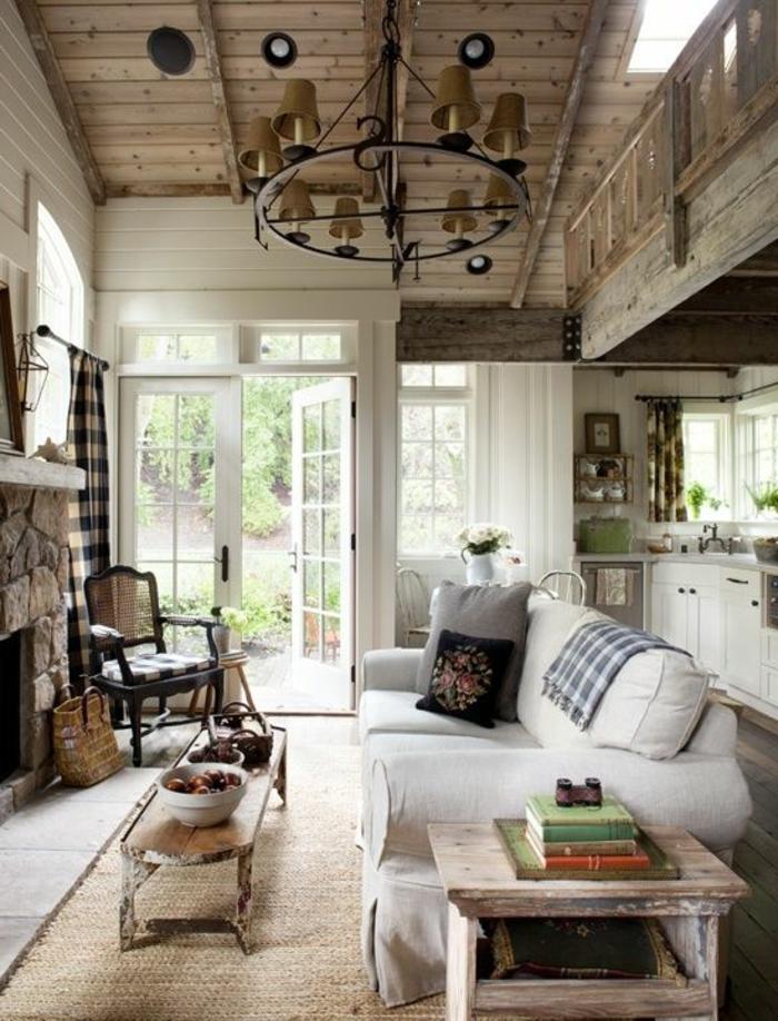 landhausstil wohnzimmer leuchter holzdecke rustikaler beistelltisch sisalteppich