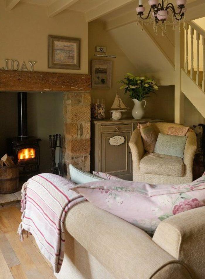 landhausstil wohnzimmer leuchter kamin stoffmuster