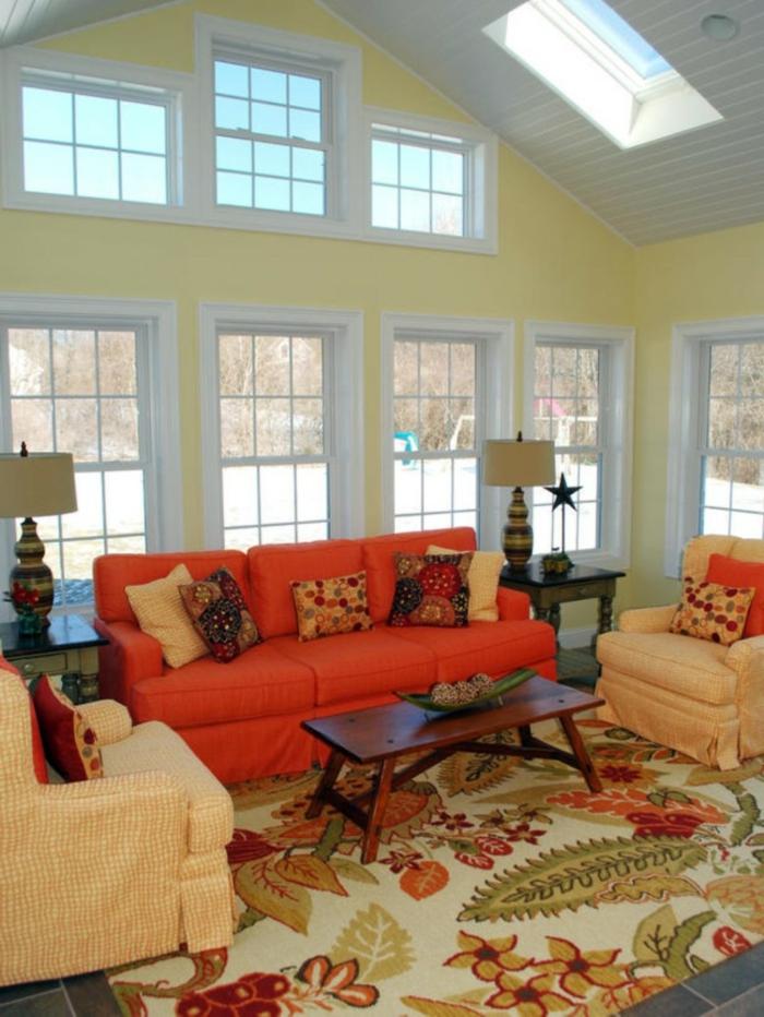 landhausstil wohnzimmer oranges landhaussofa farbiger teppich