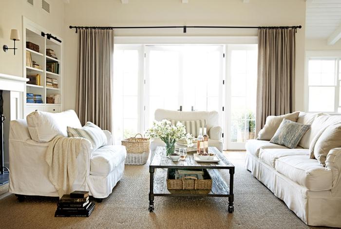 landhausstil wohnzimmer weiße landhaussofas blumen lange gardinen