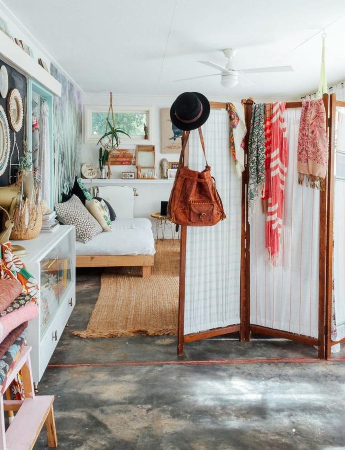 paravent häkelarbeit raumtrenner wohnzimmer ideen weiße textilien holzrahmen