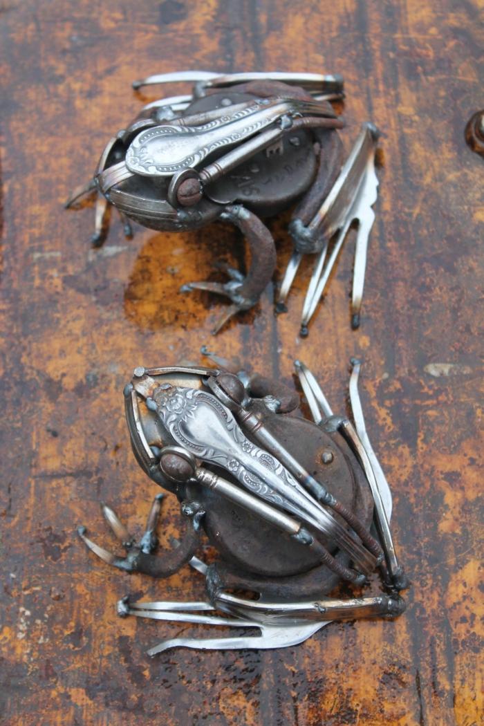 recycling basteln metall tierfiguren frösche kröten kunst