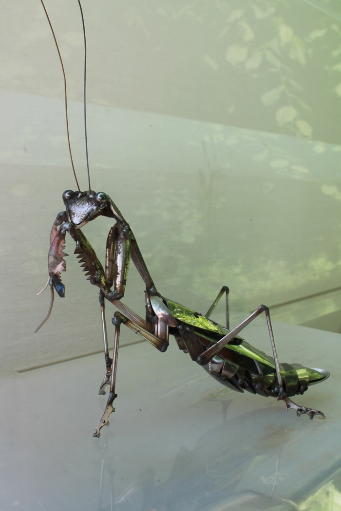 recycling basteln metallfigur insekten gottesanbetering moderne kunst