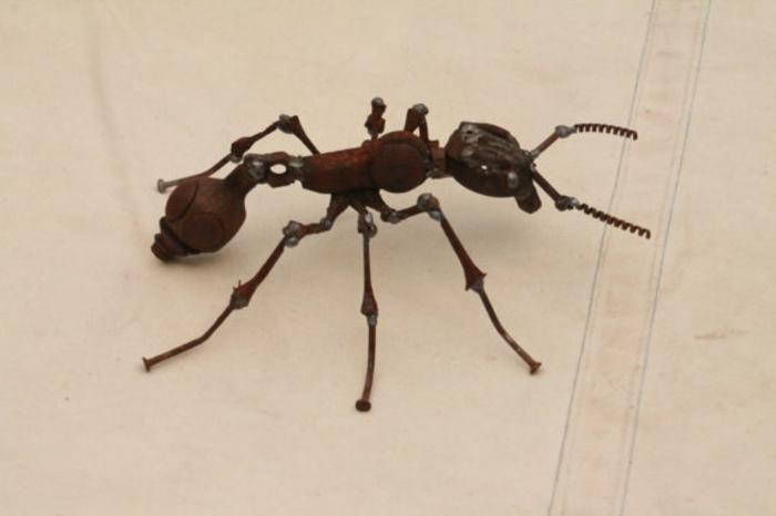 recycling basteln metallskulptur insektenfigur ameise