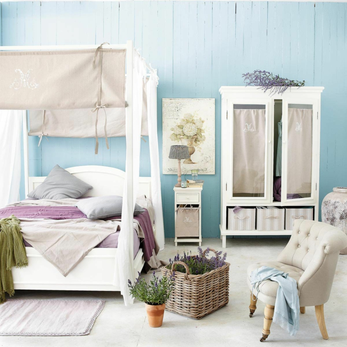 schlafzimmer idee lila gardinen baldachin weißes bettgestell provence stil lavendel