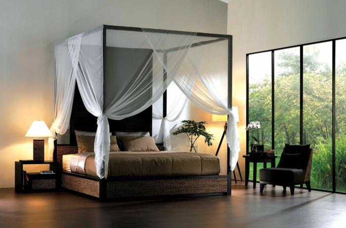 schlafzimmer ideen baldachin betthimmel balibett weiße gardinen holzgestell