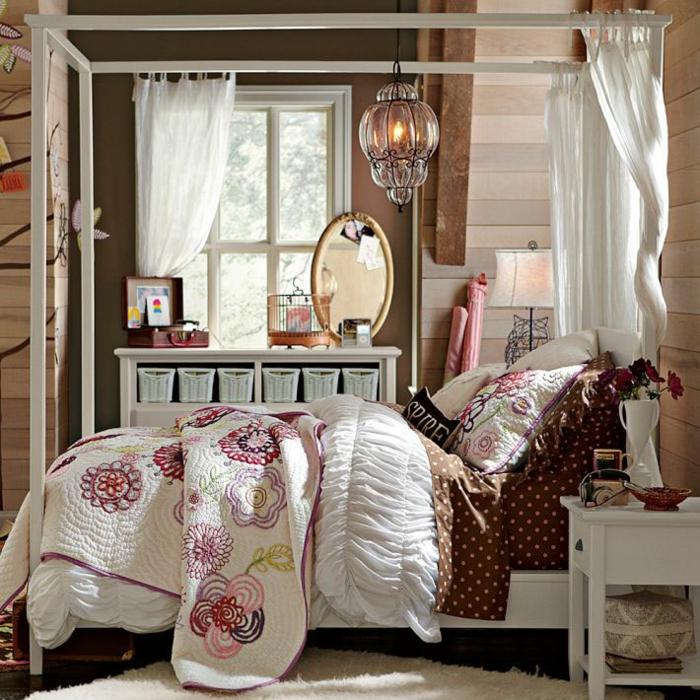 schlafzimmer ideen baldachin betthimmel weiße gardienen stickereien steppdecke laterne glas metall