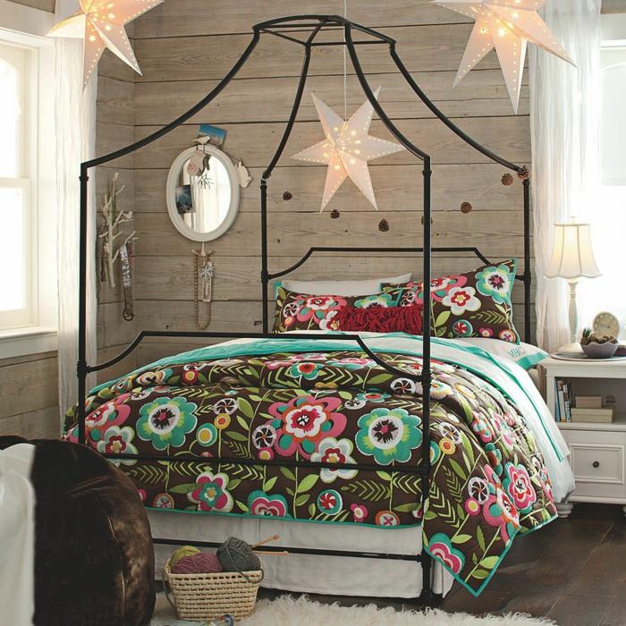 schlafzimmer ideen baldachin romantisch betthimmel metallbett schwarz weihnachtssterne weihnachtsdeko herrnhutersterne weiß