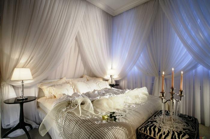 schlafzimmer ideen baldachin romantisch betthimmel weiß kerzenständer perlen zebra hocker