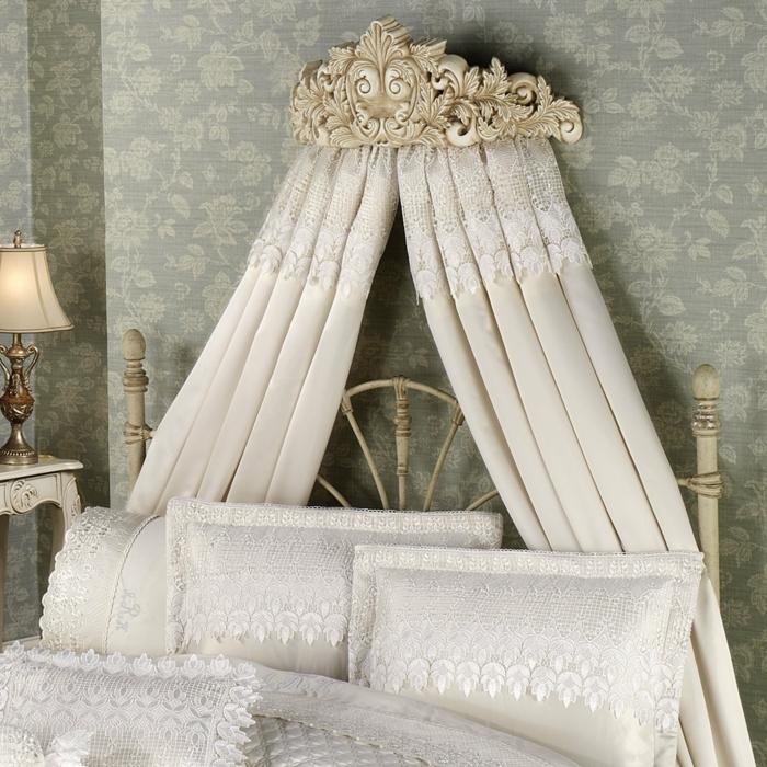 schlafzimmer ideen betthimmel ornamente weiße spitze leinen bettwäsche