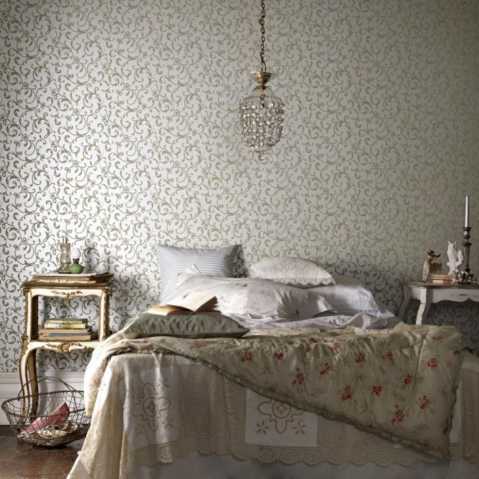 schlafzimmer ideen wandtapete wanddekoration kristallkronleuchter rankenmuster