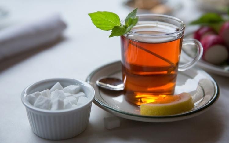 schwarzer Tee gesund Tee mit Zucker trinken