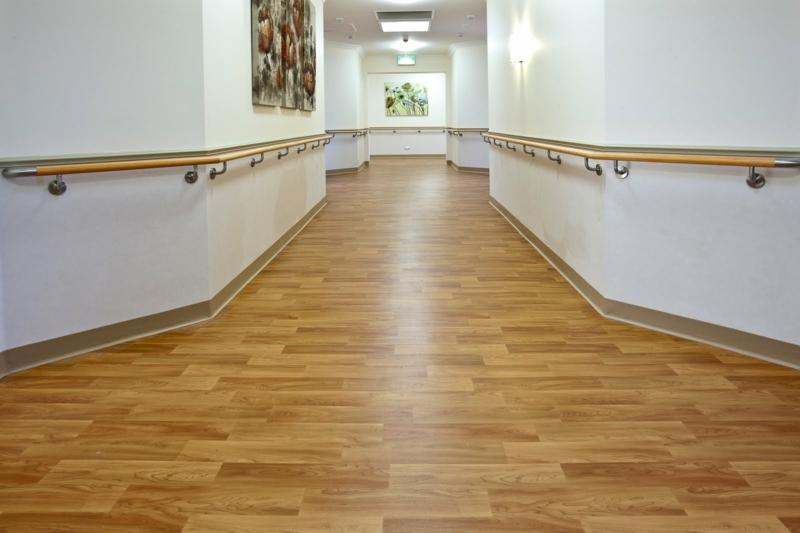 Vinyl Oder Laminat Welchen Bodenbelag Sollte Ich Lieber Auswählen - Selbstklebender vinylboden auf laminat kleben