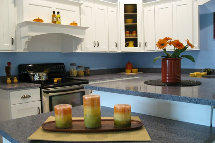 wände streichen ideen küche blaue wandfarbe kerzen