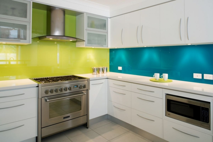 wände streichen ideen küche farbige wandgestaltung weiße küchenschränke spiegeloberflächen