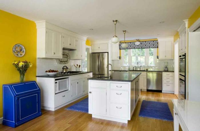wandfarbe küche wände streichen ideen küche gelbe wandfarbe blauer teppich blaue kommode
