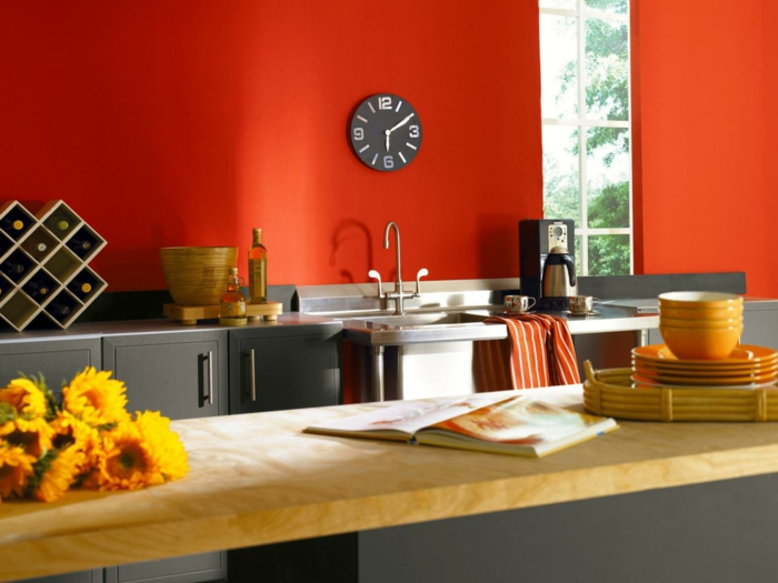 wandfarbe küche wände streichen ideen küche rot blumen weinregal