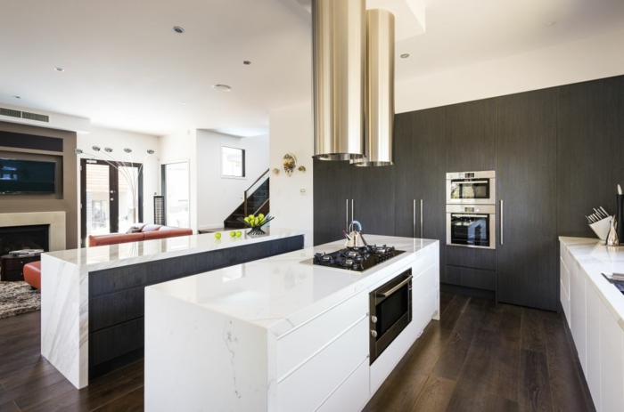 Attraktiv ... Graue Akzentwand Weiße Küchenmöbel Wandfarbe Für Küche Auswählen U2013 70  Ideen, Wie Sie Eine Wohnliche Küche Gestalten ...
