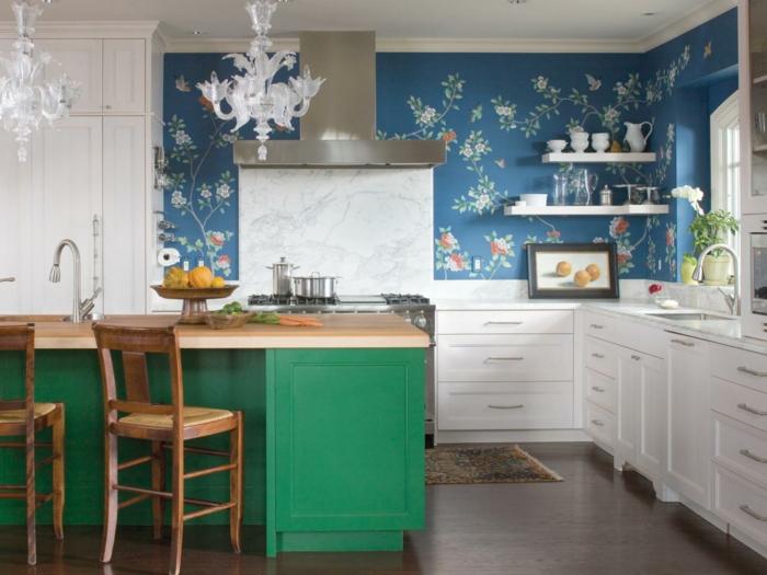 wände streichen ideen küche tapete grüne kücheninsel weiße küchenschränke ausgefallene leuchter