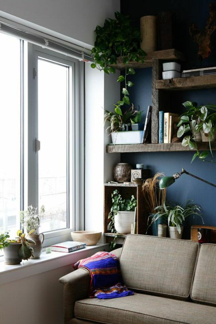 wanfarben ideen dunkle akzentwand pflanzen sofa fensterbank