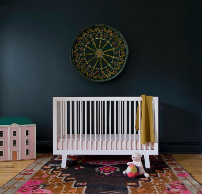 wanfarben ideen dunkle wandfarbe babyzimmer wandgestaltung farbiger teppich babygitterweiß