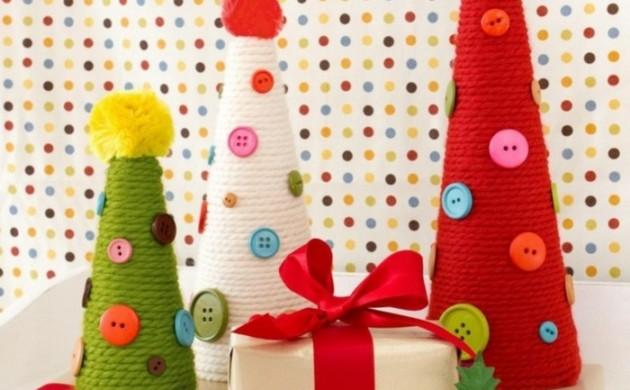 weihnachtsdeko-ideen-diy-christbäume-selber-basteln-garn-knöpfe-tischdeko