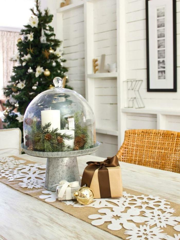 weihnachtsdeko ideen diy christbaum tannenzweige zapfen weiße kerzen tortenglocke