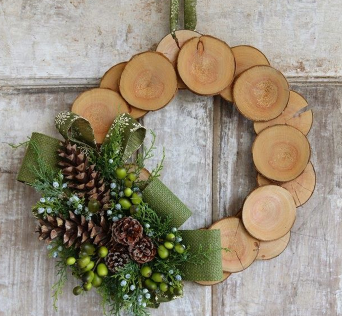 weihnachtsdeko ideen diy türkran naturholz baumstammscheiben tannenzapfen