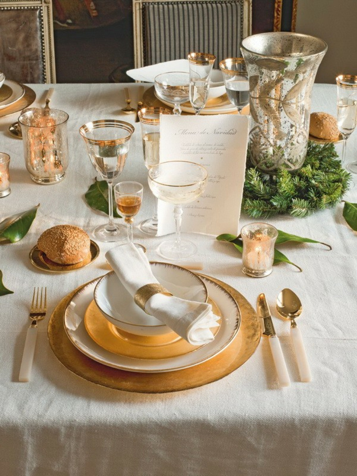 weihnachtsdeko ideen tischdekoration tannenzweige gold vintage gläser teller besteck