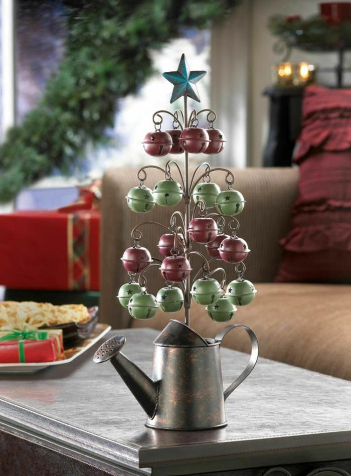weihnachtsdekoration ideen christbaum selber basteln metallglocken gießkanne upcycling tischdeko