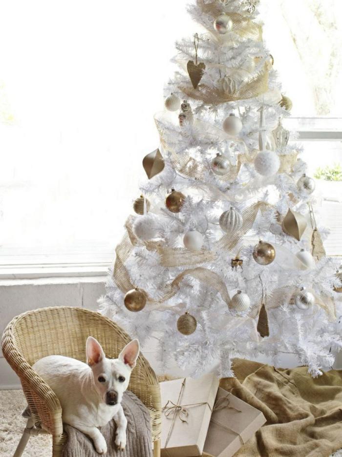 weihnachtsdekoration ideen christbaum weiße girlanden weihnachtskugeln gold jutesäcke