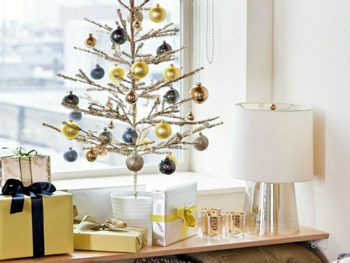 weihnachtsdekoration ideen weihnachtsbaum fensterbank weihnachtskugeln