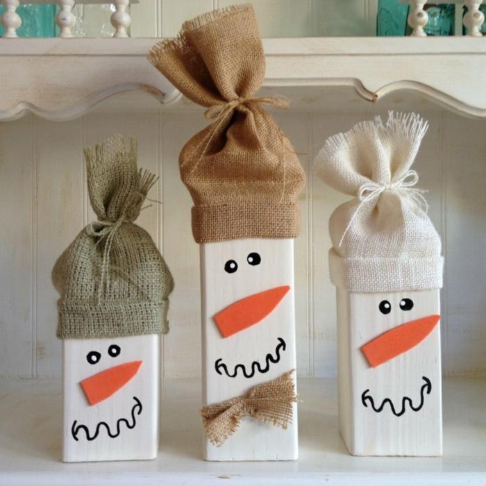 weihnachtsdekoration ideen diy upcycling holzfiguren schneemänner jutestoff