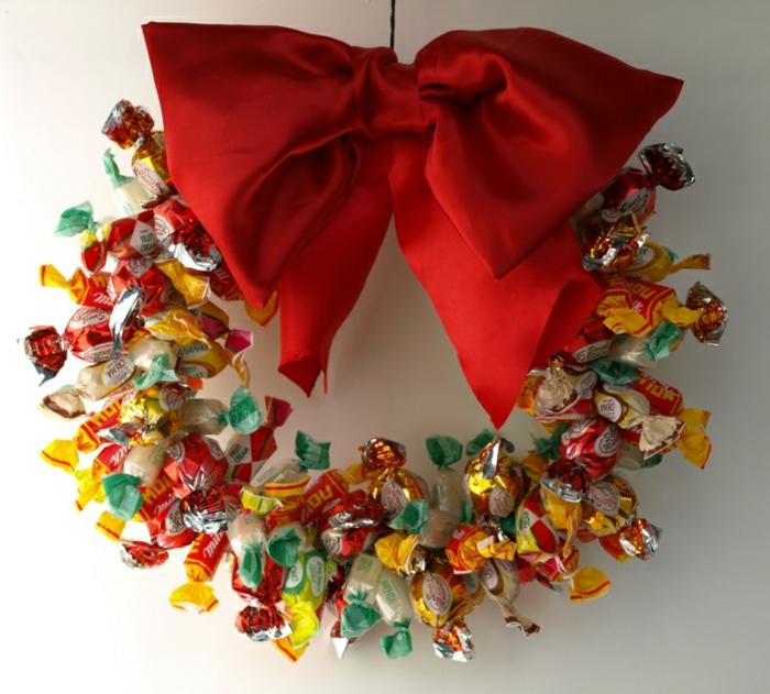 weihnachtsdekoration ideen türkranz weihnachtskranz diy bonbons rote schleife