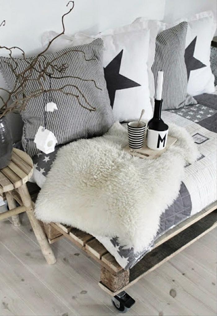 weihnachtsschmuck palettenmöbel decken beistelltisch sofa