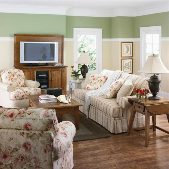 wohnzimmer landhausstil blumenmuster hölzerne möbel grüne wandfarbe