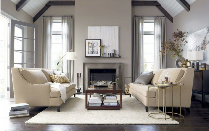 wohnzimmer landhausstil elegante sofas weißer teppich luftige gardinen